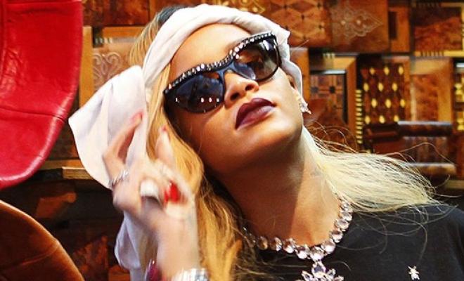 Rihanna avec des lunettes de soleil cat-eyes signées Prada