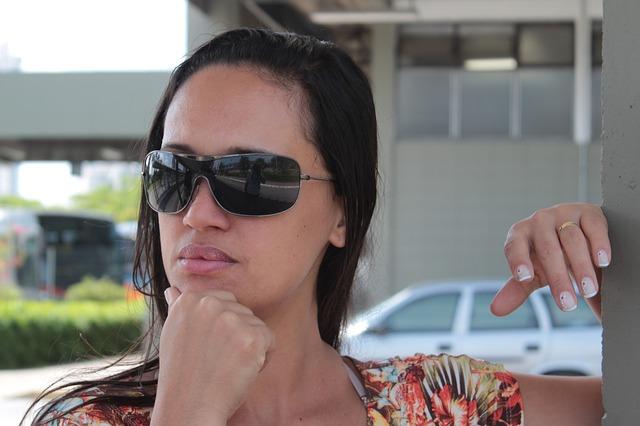 Un look en adhésion avec ses accessoires (montre, lunettes de soleil, etc…)