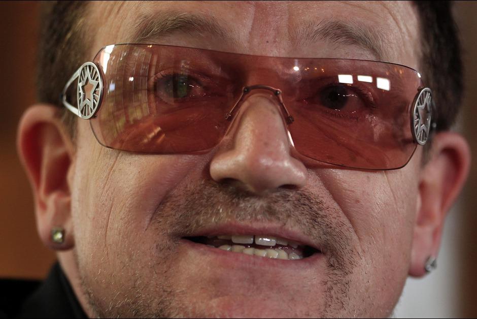 Pourquoi Bono a toujours ses lunettes de soleil?